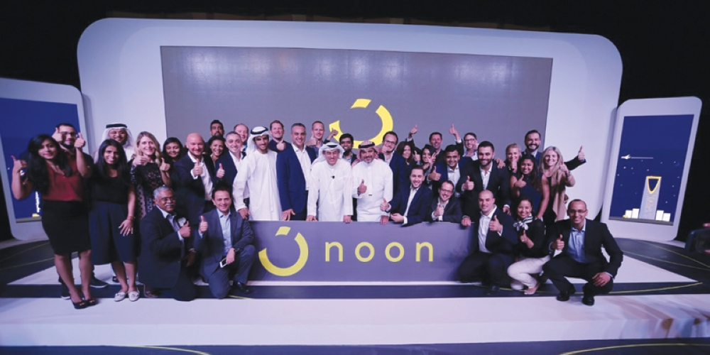 صورة جماعية لحفل تدشين أكبر شركة تجارة إلكترونية في المنطقة. (عكاظ)