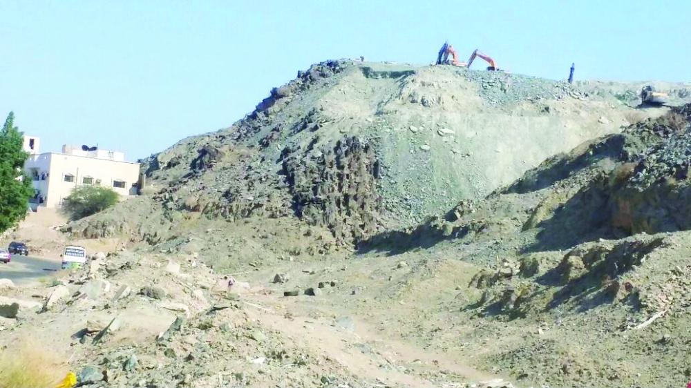 معدات ثقيلة تعمل على تفتيت الجبل في النورية.