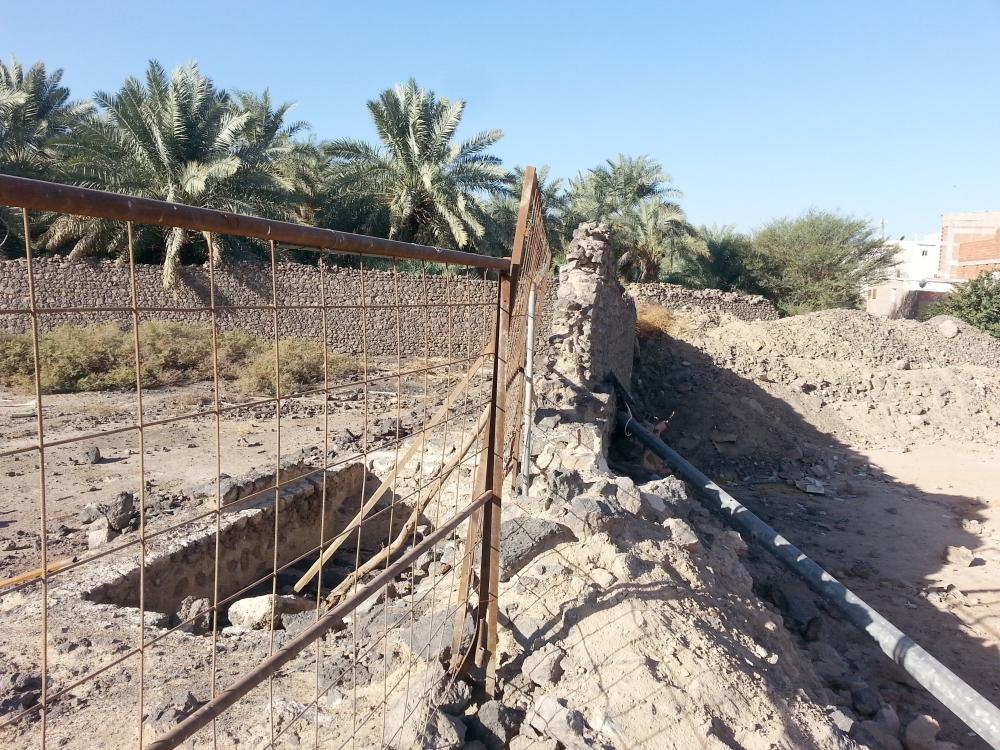 تحطم أجزاء من حصن «بني واقف» التاريخي. (عكاظ)