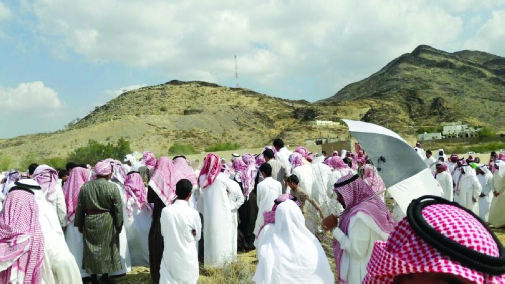 مشيعو الشهيد في مقبر سحر آل عاصم. (عكاظ)