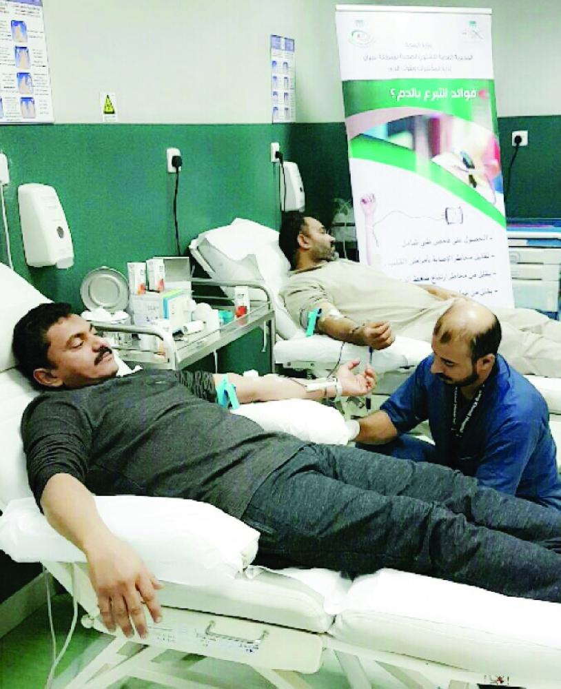 يمنيون يتبرعون بالدم في مستشفى الملك خالد في نجران. (عكاظ)