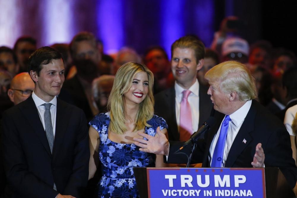 الرئيس الأمريكي مع ابنته وزوجها في حملته الانتخابية.  (وكالات)