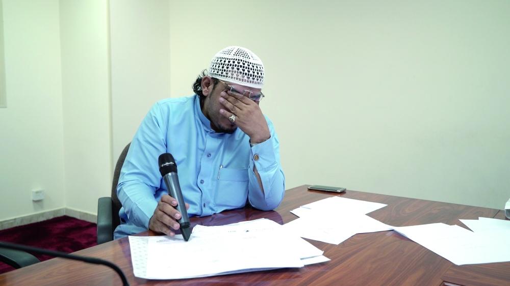 صالح القبضة باكياً: أين زوجتي؟ (تصوير: ياسر جعفر)