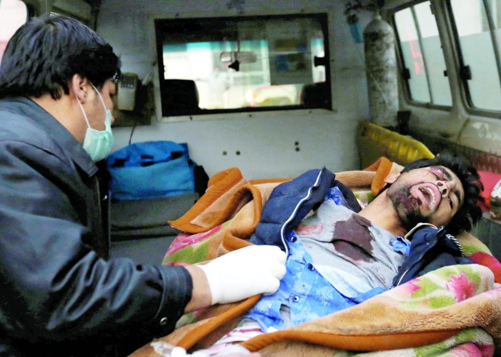 أفغاني أصيب في تفجير كابول أمس.  (رويترز)