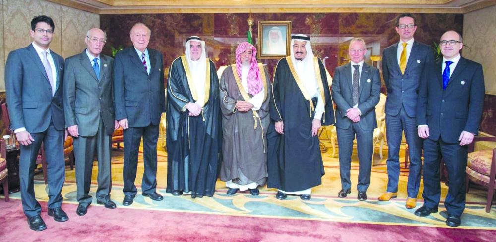 الملك سلمان في صورة جماعية مع الفائزين بجائزة الملك فيصل العالمية العام الماضي.