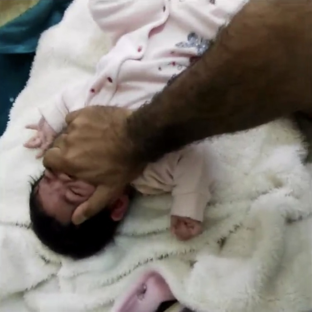 صورة من مقطع تعنيف الرضيع المتداول اليوم