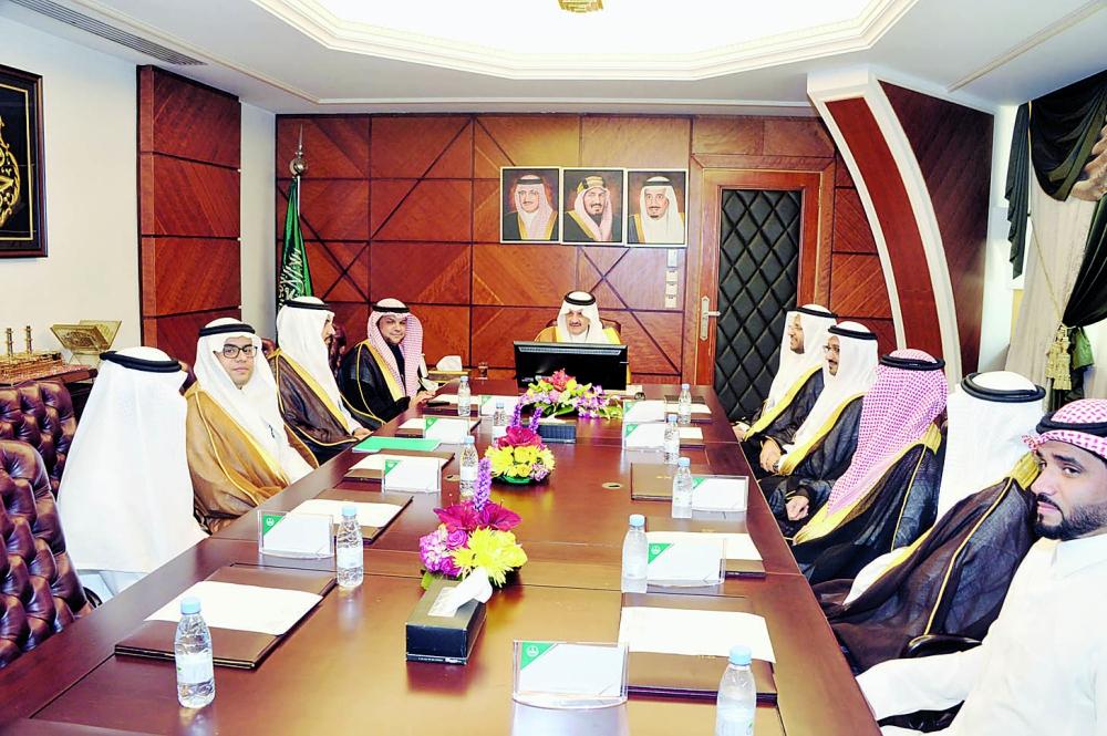 الأمير سعود بن نايف مستقبلا عبدالله النملة والوفد المرافق. (عكاظ)