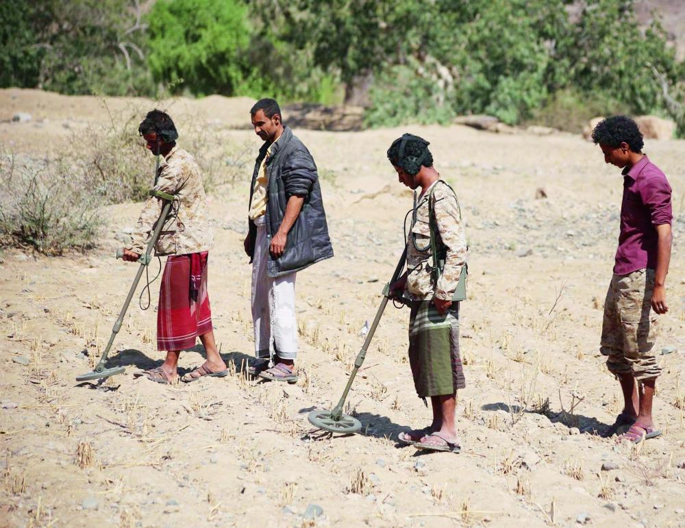 فرقة فنية يمنية تابعة لنزع الألغام تقوم بتطهير منطقة الوازعية. (تصوير: أحمد الباشا)