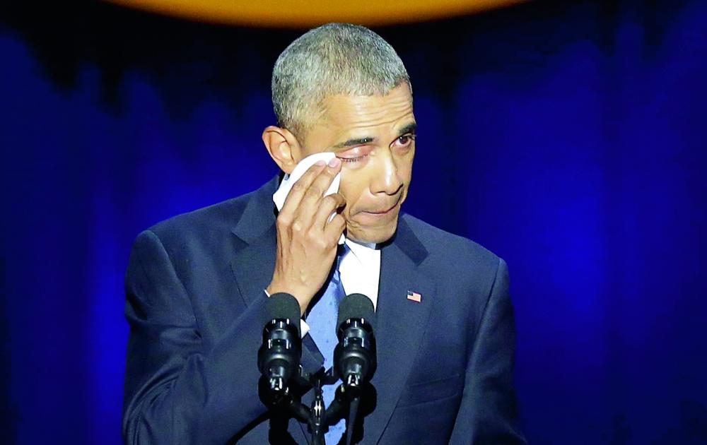 اوباما يمسح دموعه خلال خطابه الذي ألقاه في شيكاغو. (أ.ف.ب)