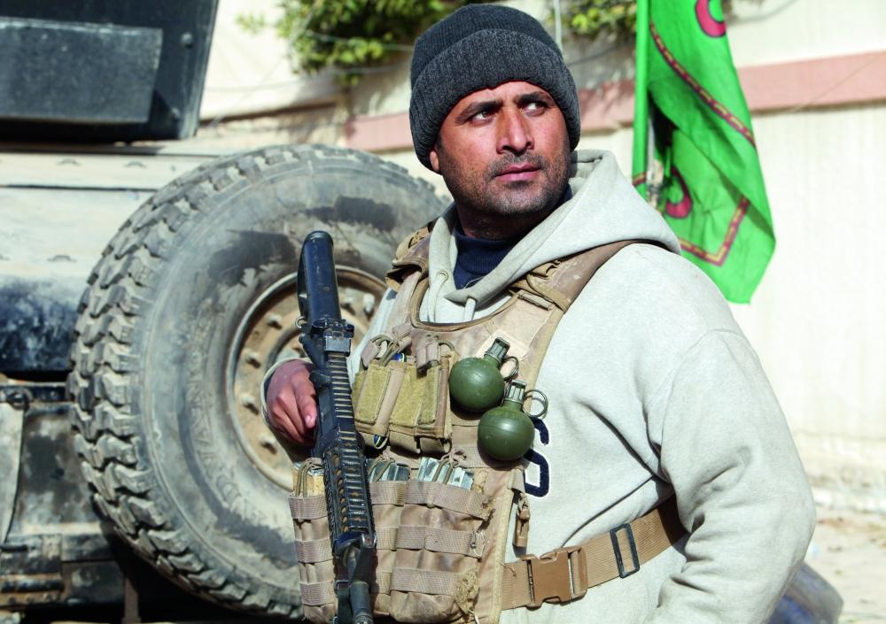 عنصر من القوات العراقية في حالة تأهب على مشارف الموصل. (رويترز)
