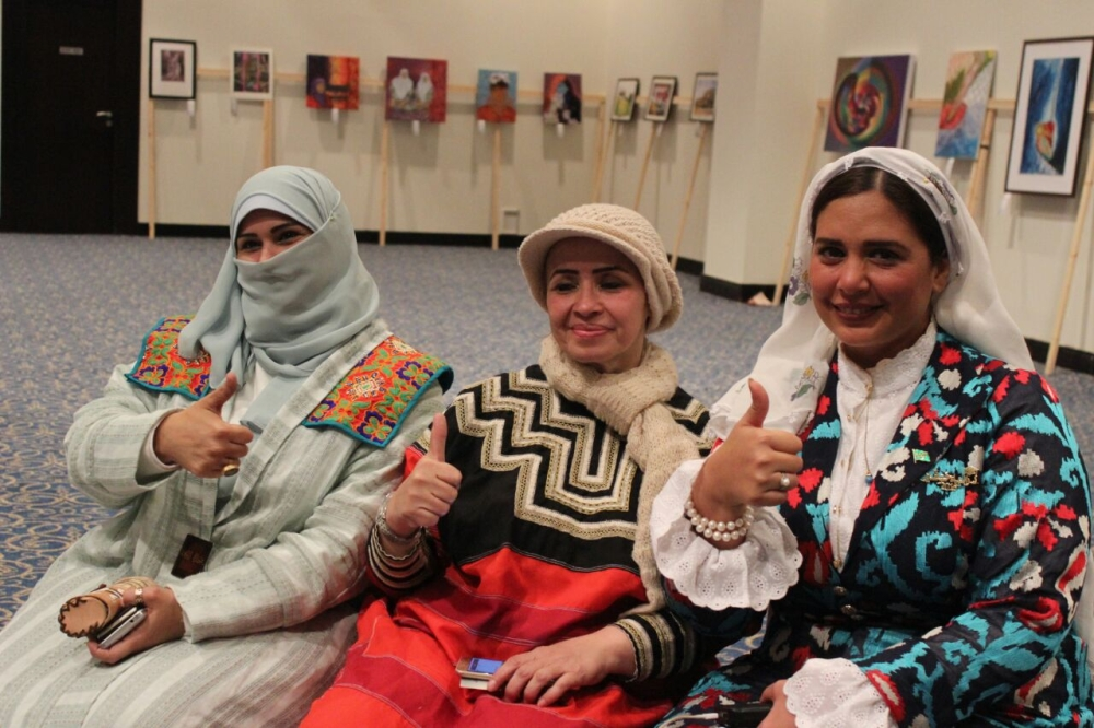 رانيا وخديجة وداليا أثناء مشاركتهن في شرم الشيخ.  (عكاظ)