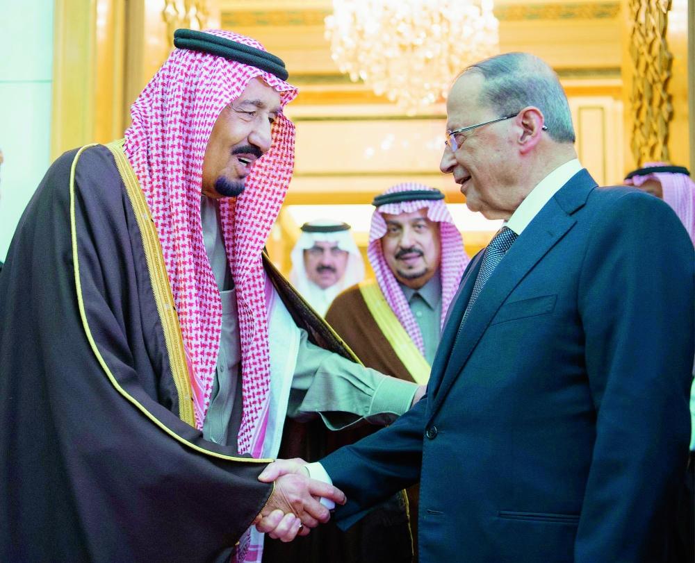 خادم الحرمين الشريفين مستقبلا الرئيس ميشال عون أمس الأول في الرياض. (واس)