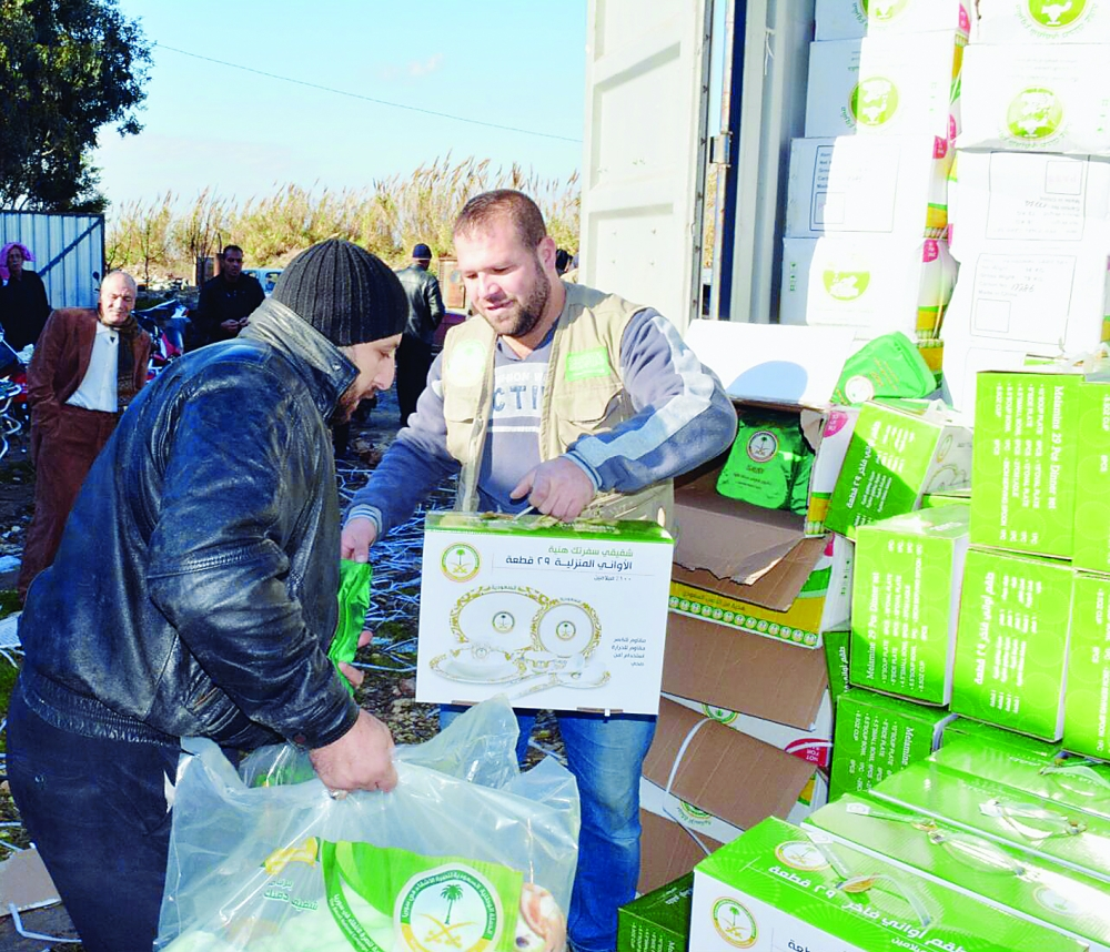 أثناء توزيع المساعدات السعودية للاجئين السوريين في لبنان (واس)