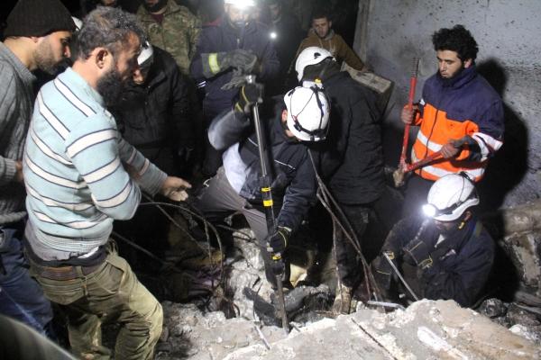 مدنيون يحاولون انتشال مصابين تحت الأنقاض في إدلب أمس. (أ. ف.ب)