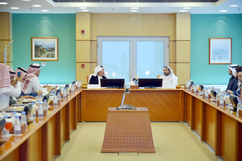 مسؤولو «السياحة» و«كريم» خلال اللقاء الذي عقد أمس في الرياض. (تصوير: ماجد الدوسري)