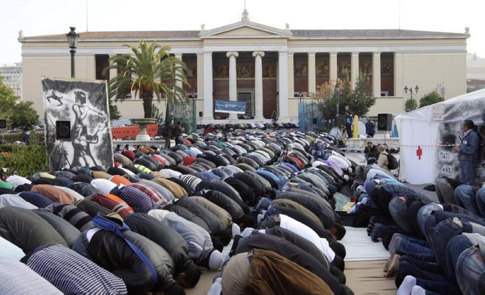 مسلمو أثينا يصلون في الساحات والطبقات تحت الأرضية للبنايات.