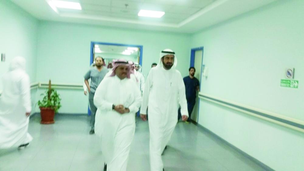 من جولة الوزير في مستشفى الزاهر.   (عكاظ)