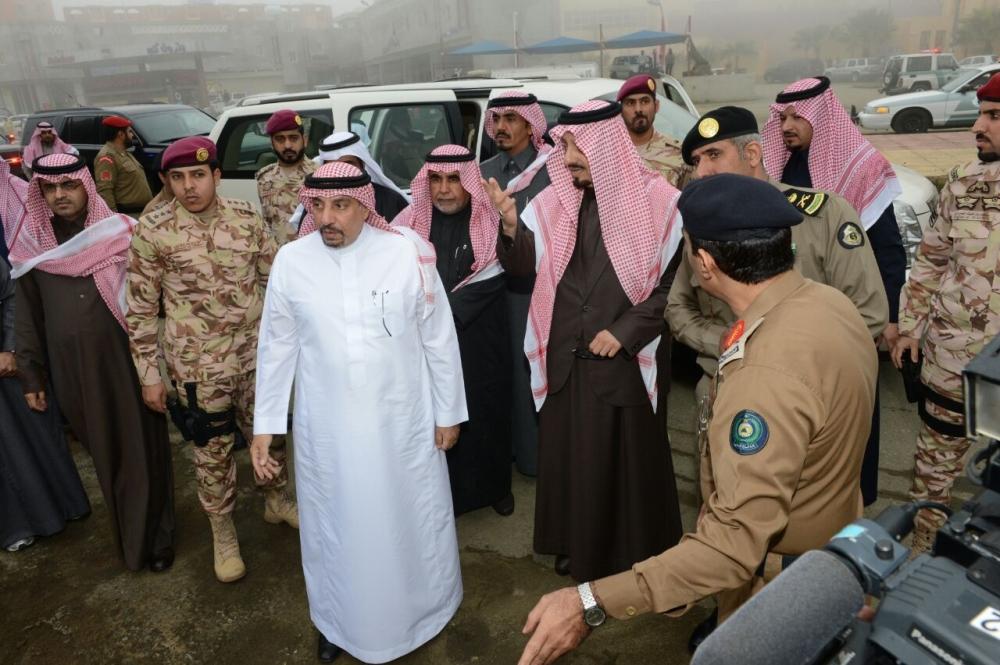 أمير عسير مع أمين المنطقة ومسؤولي بعض الجهات الحكومية.