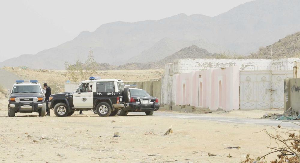 رجال الأمن يطوقون المنزل. (تصوير: موسى الأحمري)