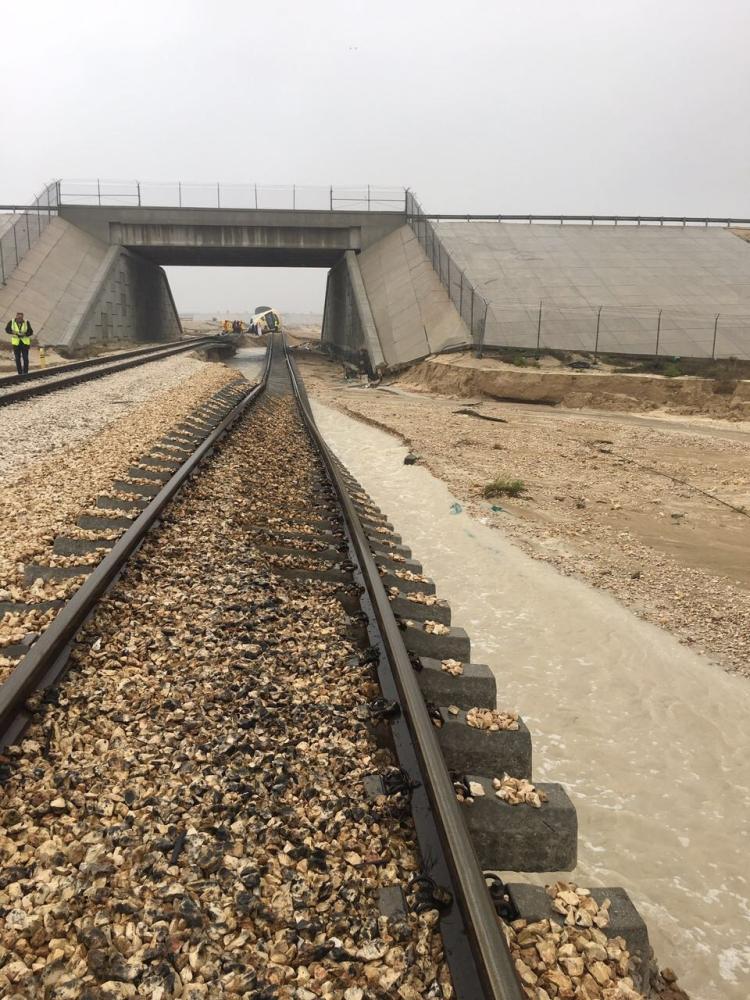"""""""الخطوط الحديدية"""": سيول منقولة وراء جنوح قطار الدمام"""