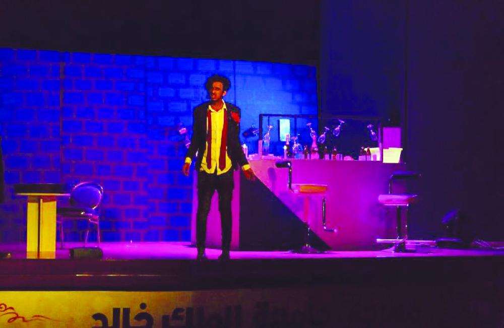 لقطة من بروفات مسرحية «منتصف الليل وحيداً» في أبها أمس الأول.