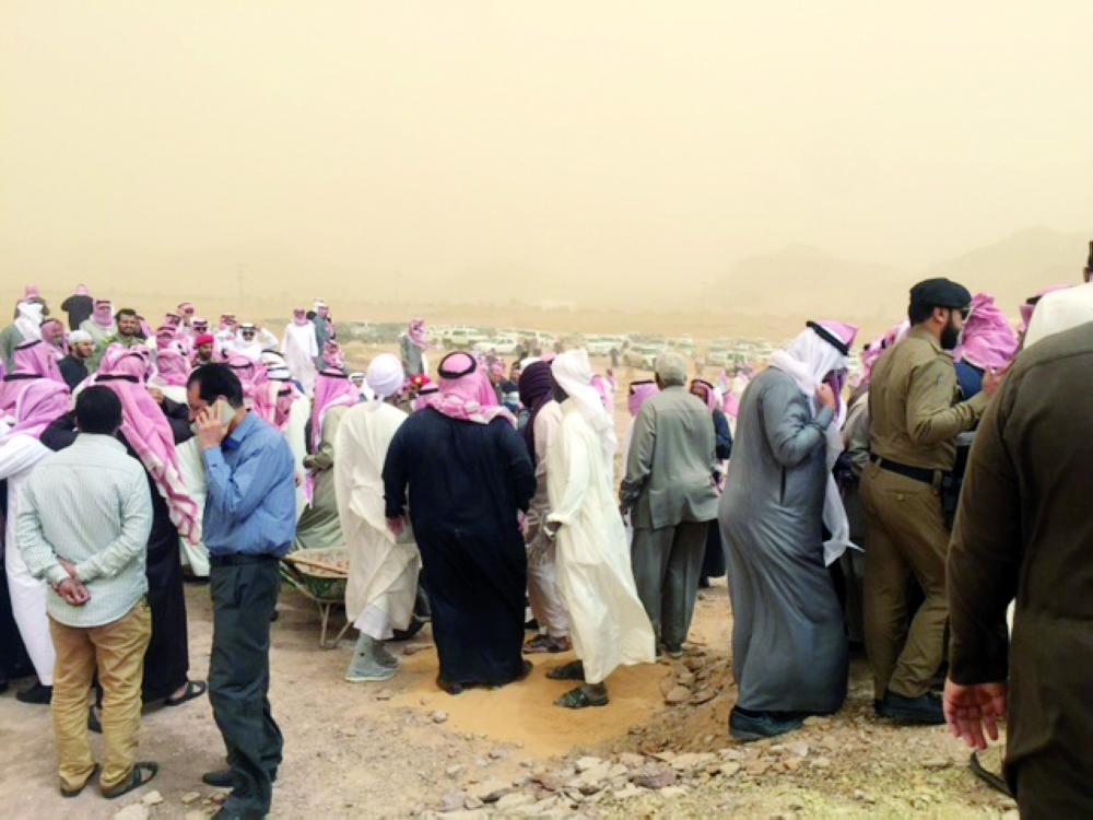 ذوو الفقيد يتلقون التعازي في مقبرة القرعاء. (تصوير: محمد العودة) mii2f@