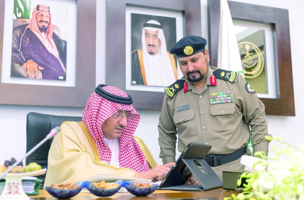 الأمير محمد بن نايف مدشنا حملة «وطن بلا مخالف» أمس في الرياض. (واس)