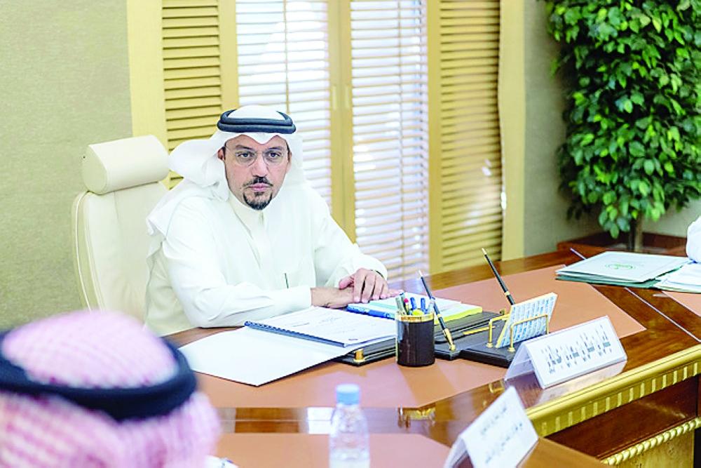 الأمير فيصل بن مشعل خلال لقائه أمس فريق الشركة. (عكاظ)