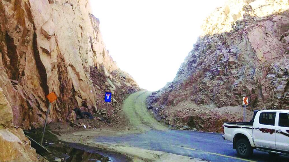 طريق دثن الخطر خلف الجبل.