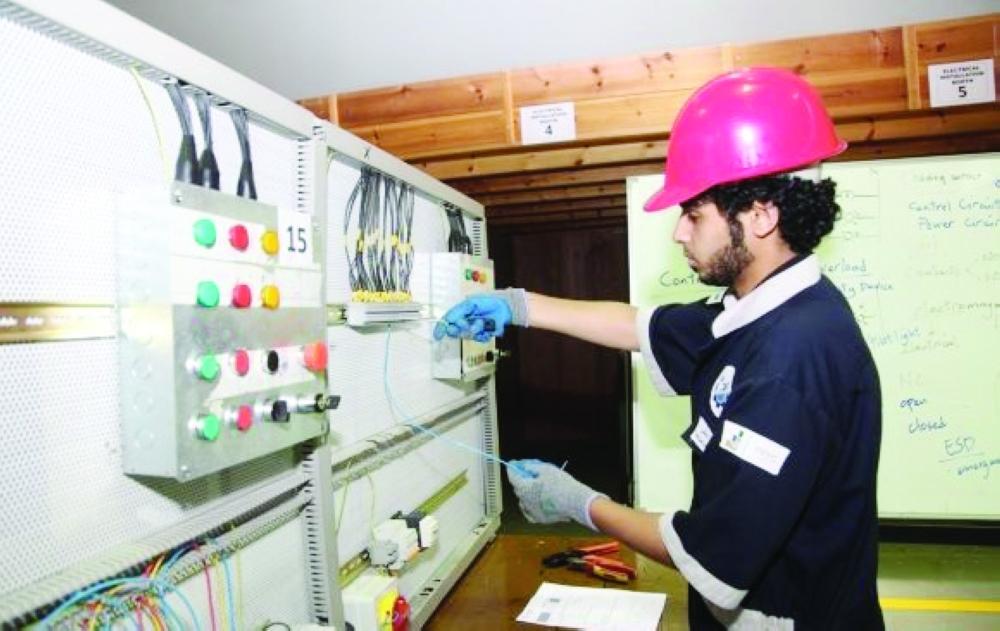 شاب متدرب في المعهد العالي للتقنيات الورقية والصناعية في جدة. (عكاظ)