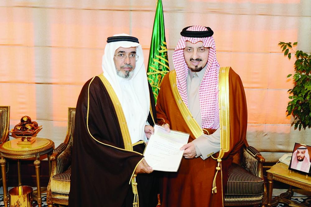 أمير عسير يتسلم شيك الدعم المالي لمجلس التنمية السياحية بالمنطقة.