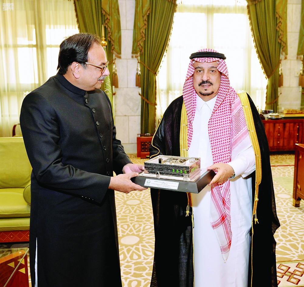 الأمير فيصل بن بندر مستقبلا أشتر أوصاف. (عكاظ)