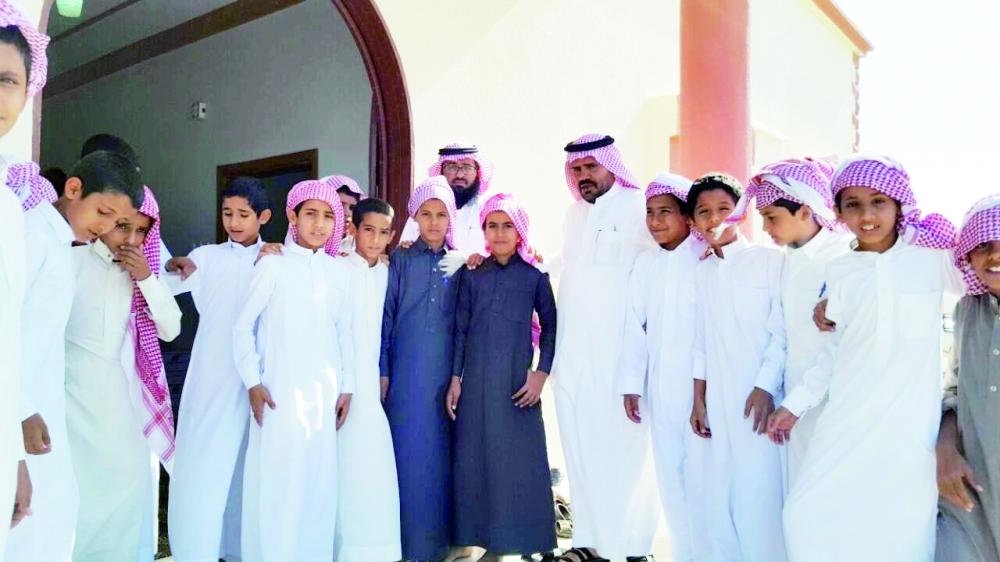 الطلاب أثناء زيارتهم لمواساة أسرة الشمراني. (عكاظ)