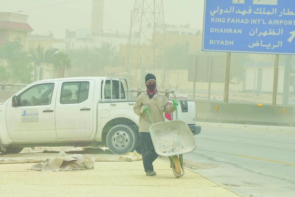 عامل في موقع مكشوف في الدمام. (تصوير: سامي الغامدي)