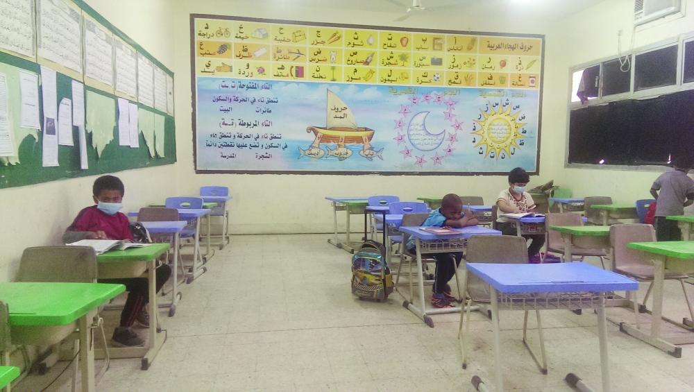 صف دراسي شبه خالٍ من الطلاب في إحدى مدارس الرياض.