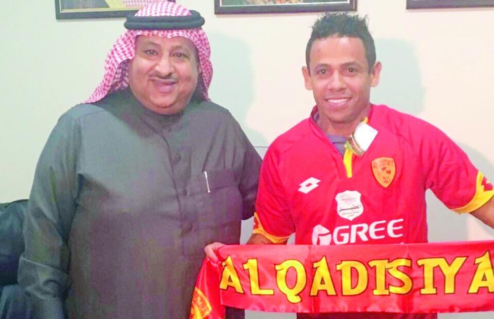 اللاعب إلتون خوزيه مع عبدالله بادغيش.