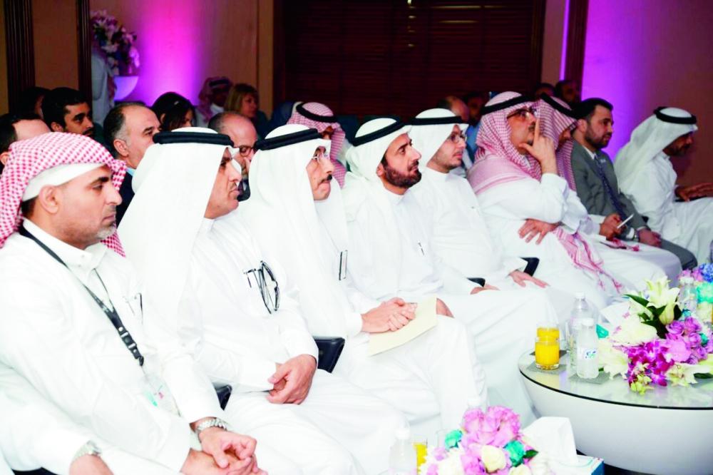 د. توفيق الربيعة لدى حضوره حفل تكريم مستشفى خاص خلال زيارته جدة أمس. (عكاظ)