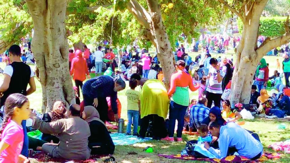 حدائق القناطر الخيرية تضج بالأسر المصرية احتفاء بشم النسيم.