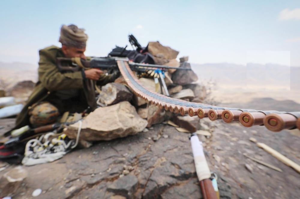 قيادي من الجيش الوطني أثناء المواجهات شرق تعز أمس.  (تصوير: أحمد الباشا)