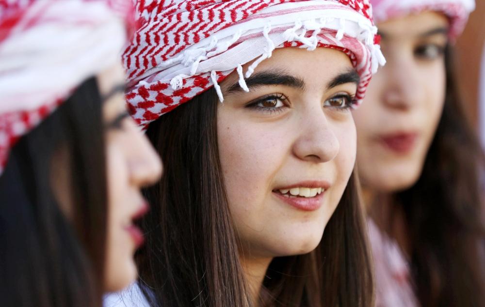 عراقية تشارك في احتفالات بمناسبة رأس السنة الايزيدية التي أقيمت شمال الموصل. (أ. ف. ب)