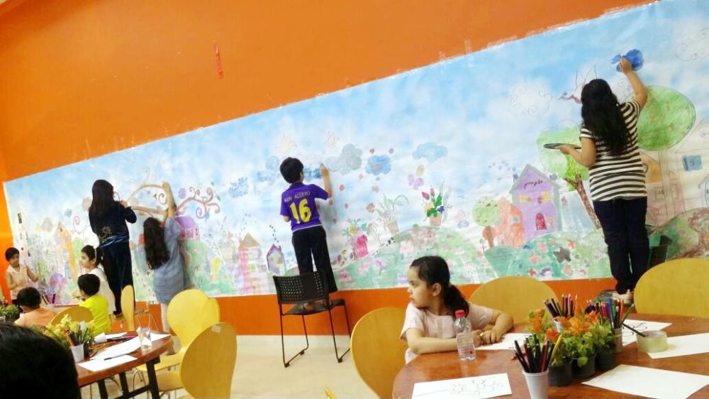 أكبر جدارية لمهرجان الزهور الأول بمحافظة الرس. (عكاظ)