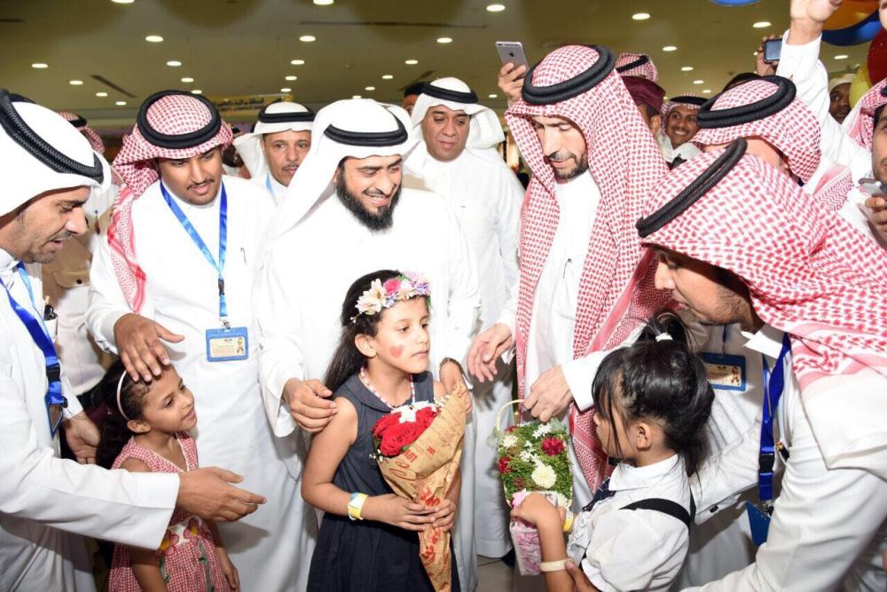 الحارثي مع أطفال مشاركين في الفعالية. (عكاظ)