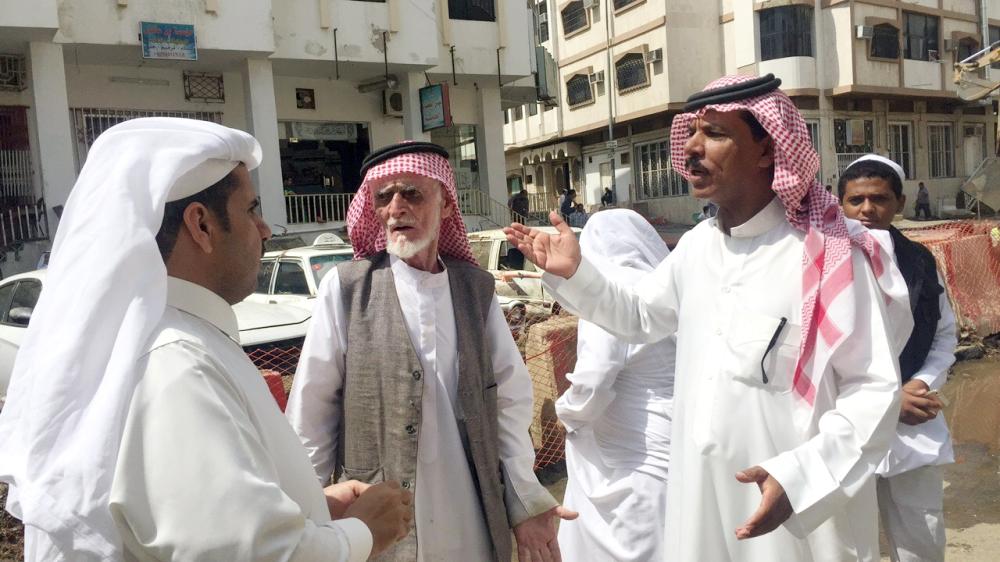 الأهالي يتحدثون لـ«عكاظ». (تصوير: محمد الزيادي)