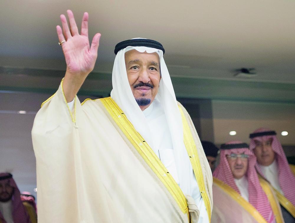 الملك سلمان يحيي الجماهير الرياضية في مدينة الملك عبدالله.  (تصوير:  بندر الجلعود)