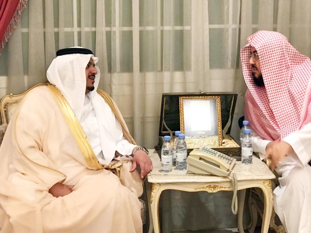 الأمير محمد بن عبدالرحمن مواسياً أسرة الفقيد. (واس)