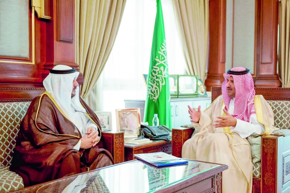 الأمير فيصل بن سلمان خلال استقبال مدير عام «هدف».