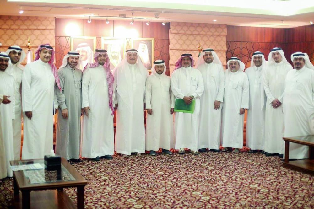 الأبيرقي مع رئيس وأعضاء مؤسسة مطوفي حجاج الدول العربية. (عكاظ)